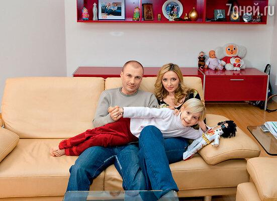 Когда-то Жулин был Навке нужен, она даже увела его из семьи. Но затем Александр перестал быть ей необходим. С Александром Жулиным и дочерью Сашей. 2006 г.