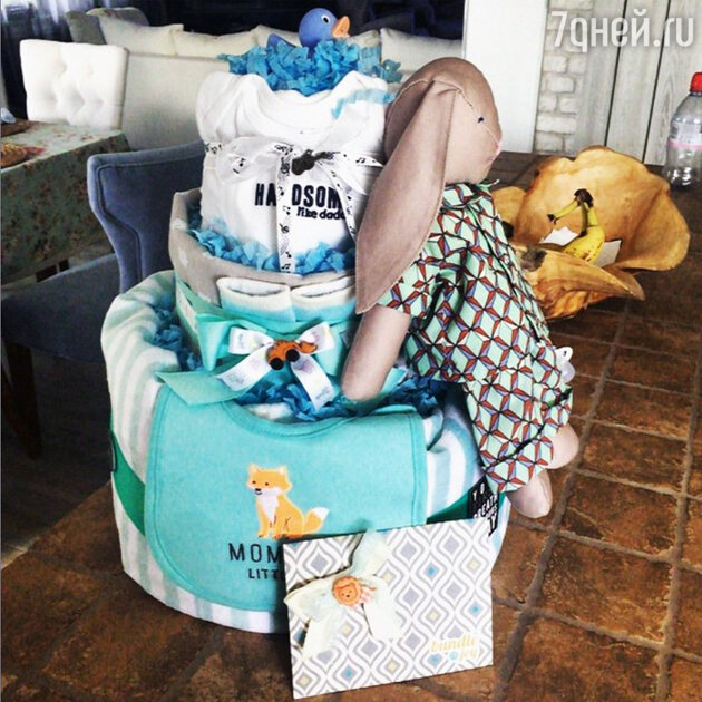 Новорожденному сыну Подольской подарили торт из памперсов