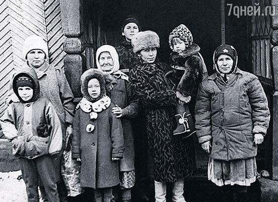 Этой фотографии лет двадцать, а то и больше. На ней (слева направо) — моя старшая дочка Нина со своим сыном Сашей (второй Женя — на самом верху, выглядывает), свекровь Анна Васильевна, моя младшая дочка Валя с дочерьми Ириной и Аней и я