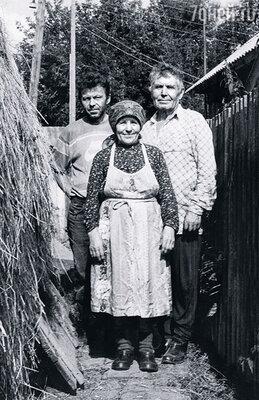 Сын Саша каждое  лето помогает нам  с Афанасием Афанасьевичем сено для коровы запасать