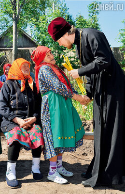 «Бурановские бабушки» восстанавливают в селе храм в честь Святой Троицы. Я к батюшке подошла: «Очень переживаю,  что ездим везде, выступаем. Грех ведь,  наверно, — старухи уже?» А он мне: «Не грех…»