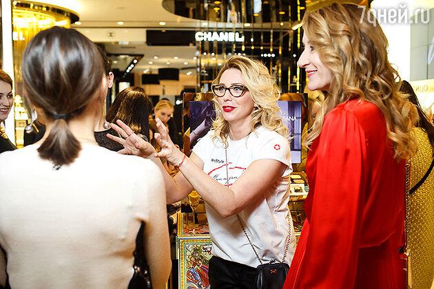 Покупателей консультирует известная радио ведущая Рита Митрофанова