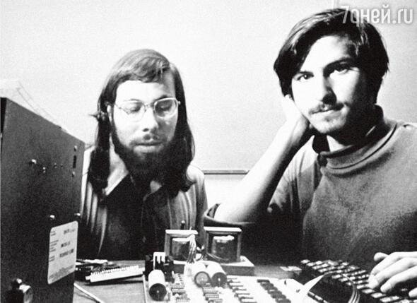Два Стива сидели на тротуаре, наигрывали на гитарах Боба Дилана и взахлеб рассказывали друг другу, кто как нахулиганил в школе. С этого началась компания «Apple». Джобс и Возняк. 1976 г.