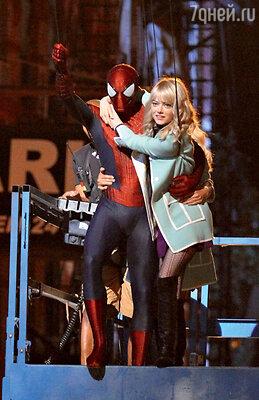 Эндрю Гарфилд и Эмма Стоун в фильме «Новый Человек-паук. Высокое напряжение»