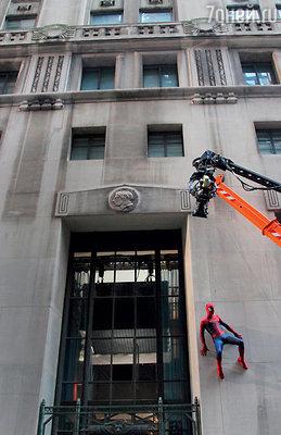Эндрю Гарфилд сам сыграл в сцене, где ему на тонкой веревке пришлось повиснуть на стене небоскреба на уровне 46-го этажа