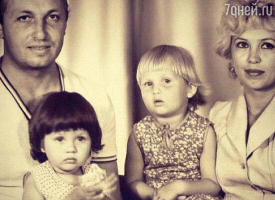 Вика Боня с родителями и сестрой