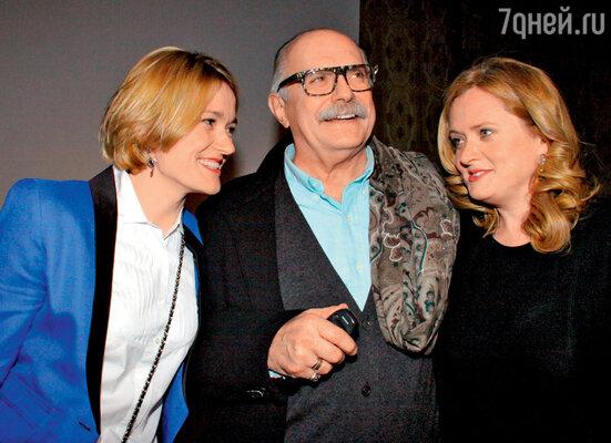 Никита Михалков сдочерьми АннойиНадеждой навручении премии «Белый квадрат»