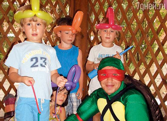 Сыновья с гостями  и клоуном