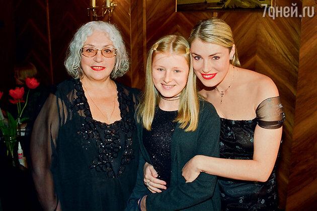 Лидия Федосеева-Шукшина с дочерью Марией и внучкой Анной