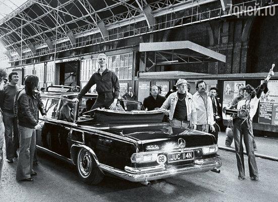 Когда Боуи, стоя у черного «Мерседеса» с открытым верхом, поприветствовал своих британских фанатов нацистским жестом, скандал разразился на всю страну