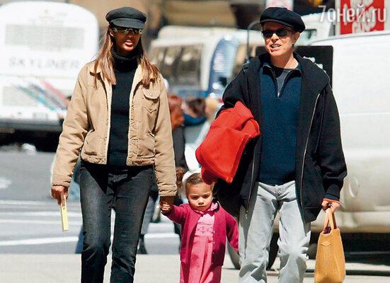 Дэвид всегда любил экзотических женщин, а Иман выглядела как ожившая Нефертити. (Иман, Боуи и их дочь Александрия)