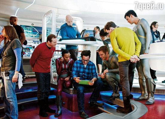 «Стартрек: Возмездие» стал двенадцатым научно-фантастическим фильмом, действие которого происходит в мире «Звездного пути». Зои Салдана с режиссером Дж.Дж. Абрамсом и съемочной группой