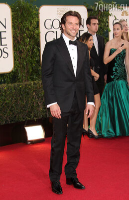 Брэдли Купер (черный костюм «Tom Ford»)