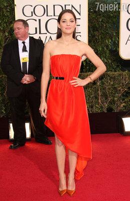 Марион Котийяр прошлась по красной дорожке в ярко-оранжевом открытом платье из коллекции «Christian Dior Haute Couture», туфлях «Dior» и с сумочкой от «Christian Louboutin»