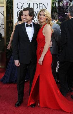 Клэр Дейнс  появилась на красной дорожке в сшитом на заказ платье «Atelier Versace» и ювелирных украшениях из коллекции «Lorraine Schwartz» вместе со своим мужем Хью Дэнси