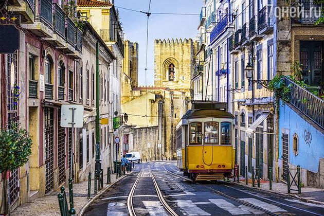 Стабильная экономическая ситуация, прекрасные условия для пляжного отдыха и других развлечений — все это привлекает в Португалию не только туристов, но и желающих купить там недвижимость