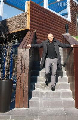 На лестнице, ведущей к охотничьему домику