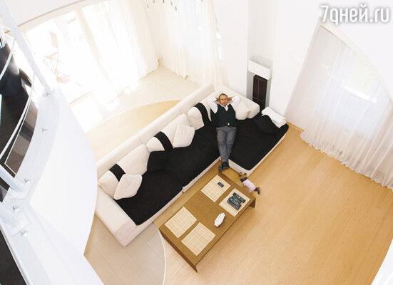 На третьем этаже — балюстрада и единственная спальня