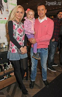 Алексей Серов с женой и дочерью
