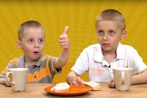 Дети пробуют еду из 80-х