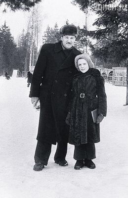 Когда мама попала в больницу, меня пришлось отдать в лесную школу. На фото: я с папой в Тучково