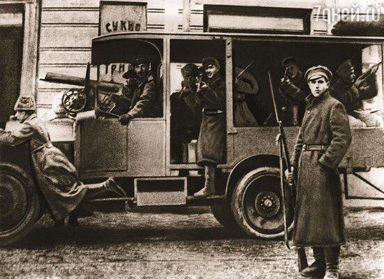 На фабриках Второва шилась военная форма для царской армии. В нее после революции одевались красноармейцы и чекисты. Москва, 1917 год