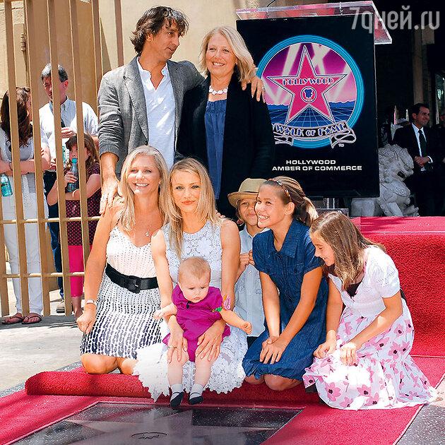 С мужем сестры, матерью Билли, сестрой Чимин и ее четырьмя детьми на открытии собственной звезды на Аллее славы в Голливуде. 2009 г.