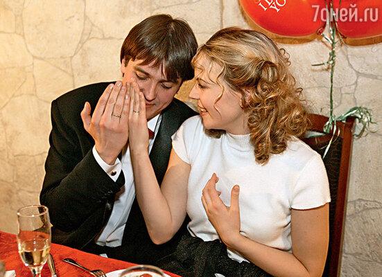 Актерская свадьба была веселой. Денис и Мария вспоминали, что произвели фурор на остальных молодоженов, явившись нароспись в джинсах и футболках