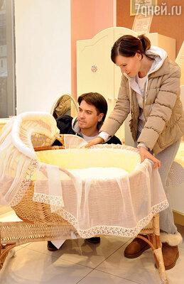 Сразу после свадьбы супруги задумались о том, чтобы завести ребенка. И по утрам прикрепляли нахолодильник шутливые задания: «1. Сделать ребенка. 2. Купить сосиски»