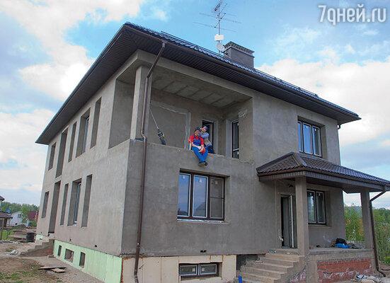 Матросов с азартом взялся за строительство семейного гнездышка, сам распланировал несколько этажей напятистах квадратных метрах
