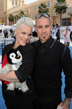 Пинк и  Кэри Харт. 2011 г.