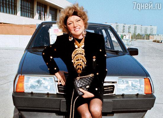 С новой «девяткой», подаренной ей на кинофестивале, Люся расстаться не захотела — мы продали мою машину