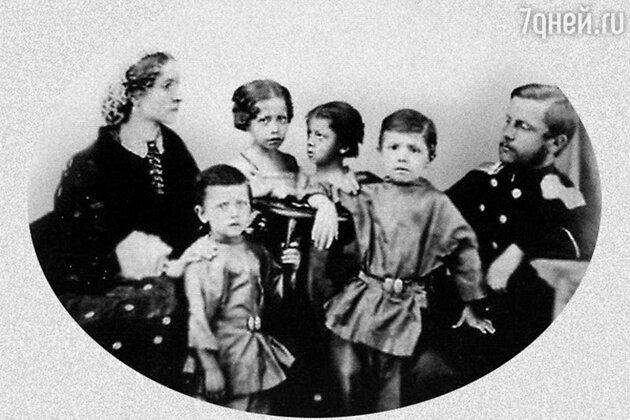Александр Михайлович и Елизавета Христиановна Врубель с детьми. Миша — рядом с отцом. 1865 г.