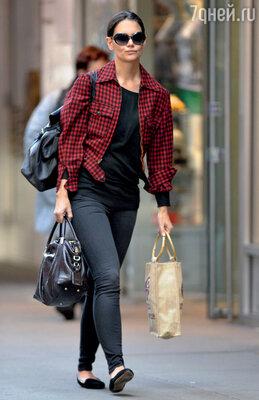 Кэти самой приходится носить пакеты с едой...