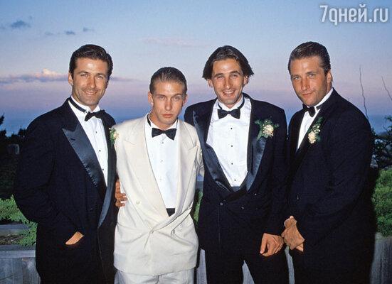 Вскоре после разрыва (Ким уехала с дочкой в Лос-Анджелес) одинокий Алек с братьями.