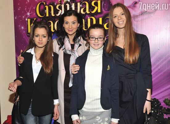 Екатерина Стриженова (вторая слева), с дочерьми Александрой (в центре) и Анастасией (справа)
