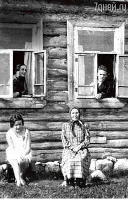 «На первый большой гонорар в 175 рублей папа построил дом вКнязево для матери ибрата Алексея».1930-е гг.