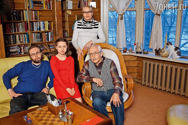 Василий Ливанов с женой Еленой, сыном Борисом и внучкой Евой