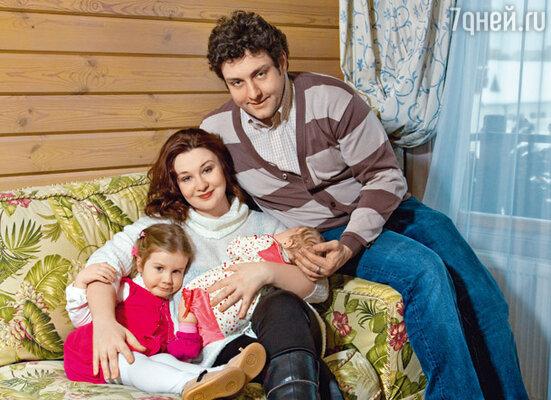 С женой Ларисой и дочерьми — трехлетней Эмилией и трехмесячной Софьей. Место съемки: конно-спортивный клуб и ресторан парк-отеля «Отрада»