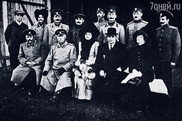 Артур Анатре (второй справа в нижнем ряду)