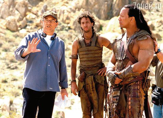 Дуэйн с режиссером Чаком Расселом и Грантом Хесловом на съемках фильма «Царь скорпионов», 2002 год