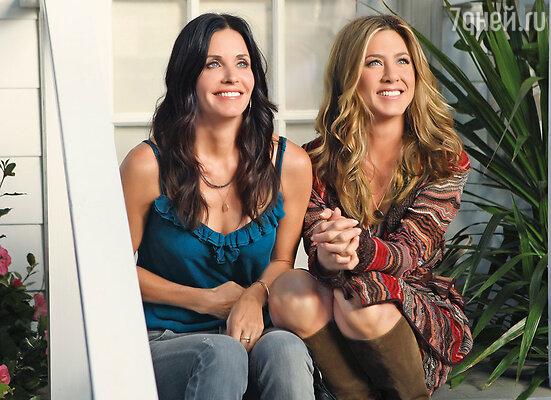 Кортни Кокс, близкая подруга Энистон (Дженнифер является крестной матерью ее дочери Коко), придерживается более философской точки зрения, призывая оставить молодую женщину в покое