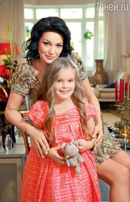 Юлия Абдулова с дочерью Женей (На Юлии платье COLLETTE DINNIGAN, «CHAPERCHE»; на Жене платье CHRISTIAN DIOR, «КЕНГУРУ»)