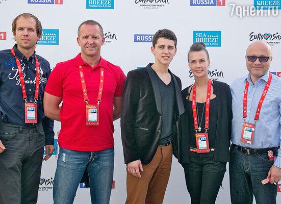 Конкурсант из Литвы Донни Монтел (в центре) и его команда