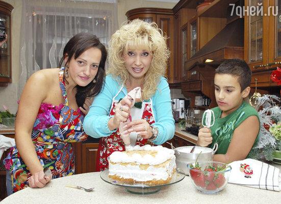 Дочери Лале и внуку Саше Ирина доверила украшение новогоднего торта
