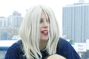 Леди Гага окунулась в ледяное озеро с женихом