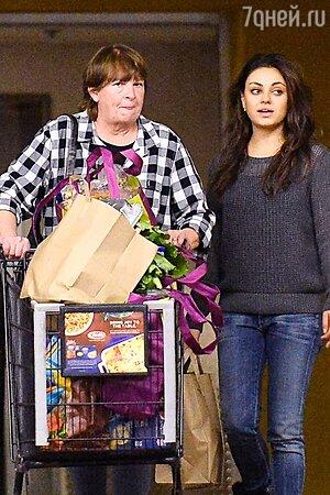 Мила Кунис делает покупки вместе с мамой Эштона Катчера