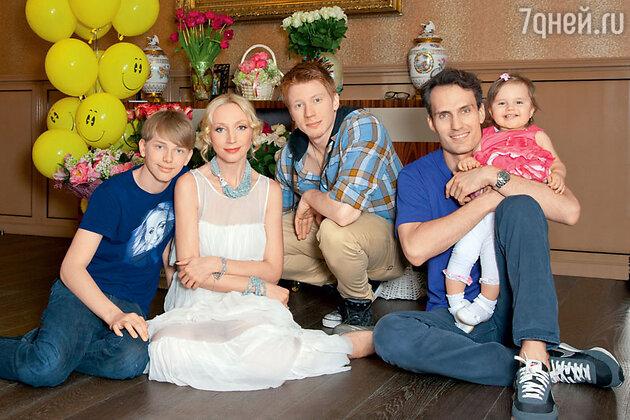 Кристина Орбакайте с мужем Михаилом Земцовым, дочерью Клавой и сыновьями Никитой и Дэни