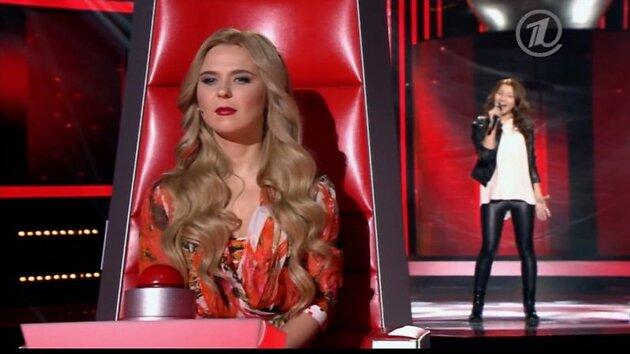 В пятницу вечером в эфире Первого канала состоялась премьера известного вокального проекта «Голос», участниками которого стали дети.