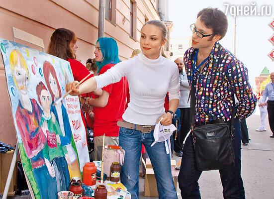 Татьяна Арнтгольц с актером Андреем Финягиным на выставке плакатов нижегородской художественной школы